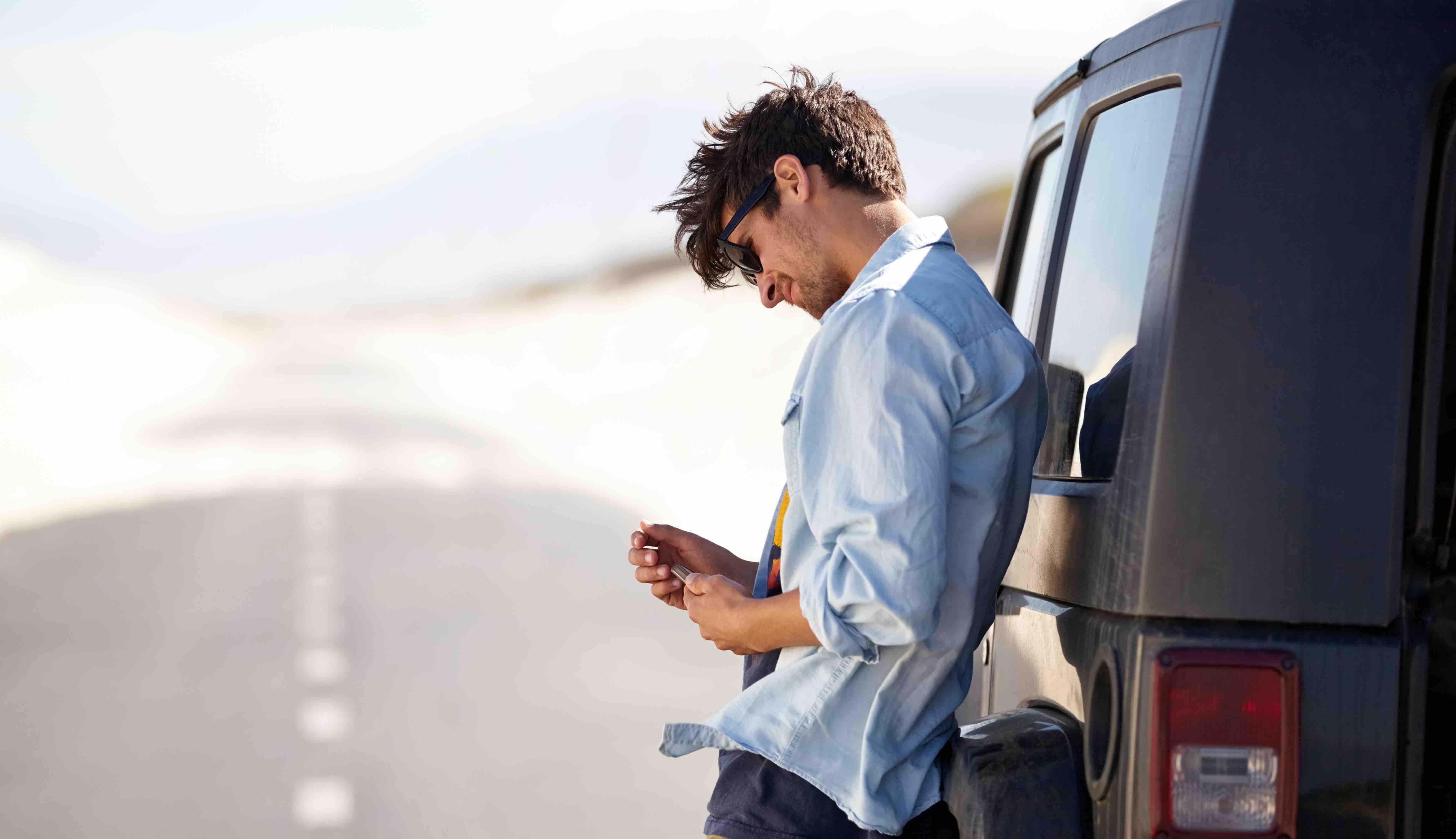 Mann surft im Internet auf der Autobahn